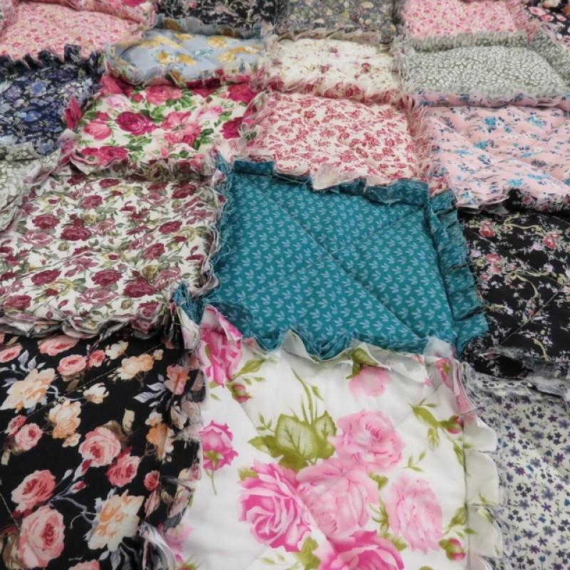 Tæppe i blomstret bomuld med flæsekanter
