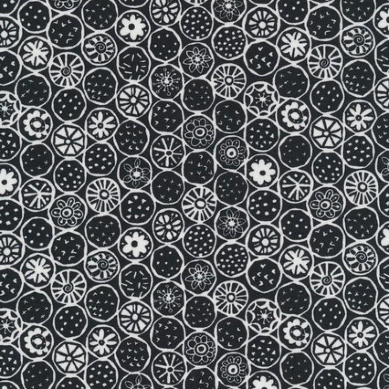 Rest Patchworkstof med cirkler og blomster i sort og hvid- 35 cm.