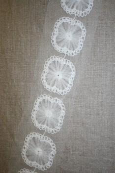 Bånd med blomst-firkant på tyl, knækket hvid