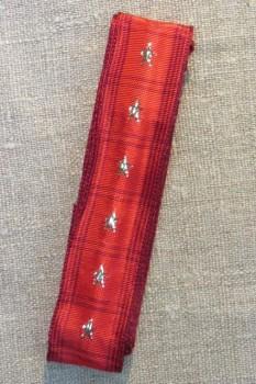 Vævet bånd i tern i rød med guld stjerner 25 mm. x 2½ meter