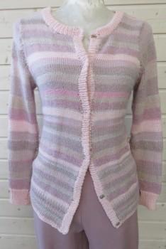 Stribet cardigan strikket i forskellige garnkvaliteter