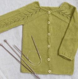 Yndigcardigan strikket i Lana i okker farvet