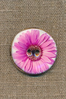 Kokos-knap m/emalje, hvid m/lyserød blomst, 34 mm.