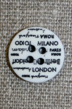 4-huls knap knækket hvid med tekst, 15 mm.