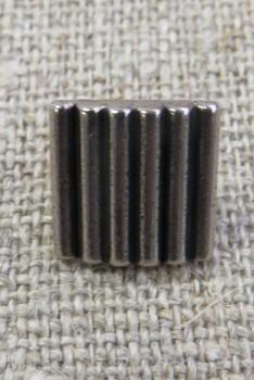 Firkanter knap i gl. sølv med riller, 11 mm.