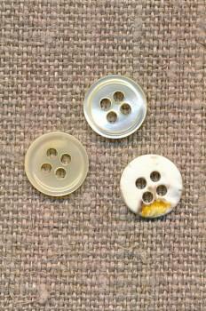 Offwhite 4-huls knap 9 mm. i perlemor