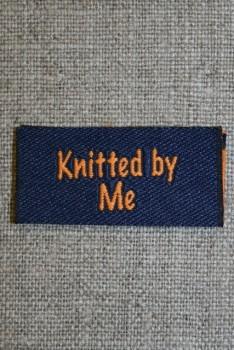 """Blå/orange mærke """"Knitted by me"""""""