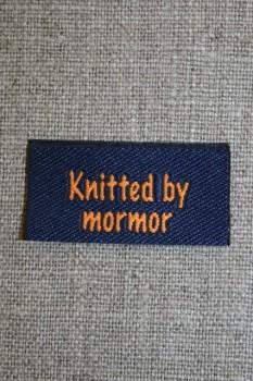"""Blå/orange mærke """"Knitted by mormor"""""""
