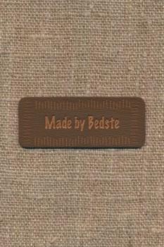 """Motiv i læderlook i brun """"Made by Bedste"""""""
