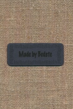 """Motiv i læderlook i grå """"Made by Bedste"""""""