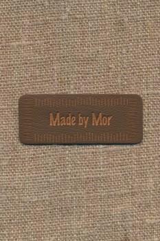 """Motiv i læderlook i brun """"Made by Mor"""""""