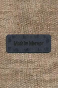 """Motiv i læderlook i grå """"Made by Mormor"""""""