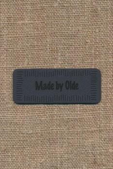 """Motiv i læderlook i grå """"Made by Olde"""""""