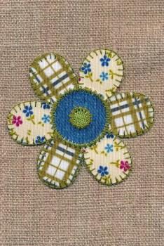 Strygemærke m/blomst i patchwork-look i oliven blå offwhite