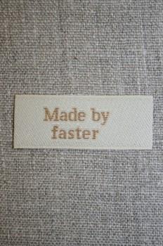 """Beige mærke """"Made by faster"""""""