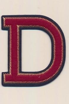 D- Bogstaver til påstrygning i mørk rød og marine, 75 mm.