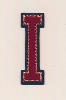 I- Bogstaver til påstrygning i mørk rød og marine, 75 mm.