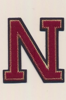 N - Bogstaver til påstrygning i mørk rød og marine, 75 mm.