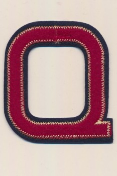 Q - Bogstaver til påstrygning i mørk rød og marine, 75 mm.