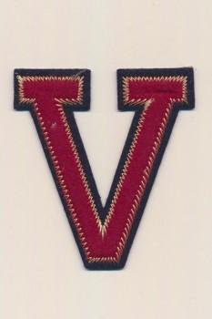 V - Bogstaver til påstrygning i mørk rød og marine, 75 mm.