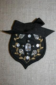 Broche i våbenskjoldslook m/sløjfe og sten