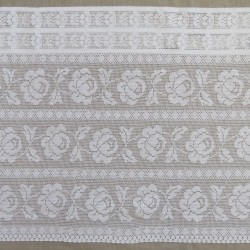 Kappe/Cafegardin i hvid i hæklet look med roser, 50 cm.