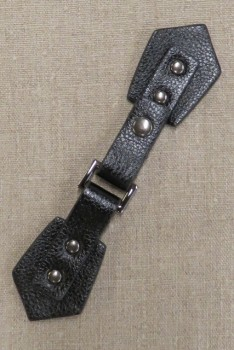 Lukning i imiteret læder i sort - gl.sølv