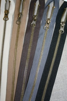 30-40 cm. delbar metal lynlås, 6 mm. antik messing