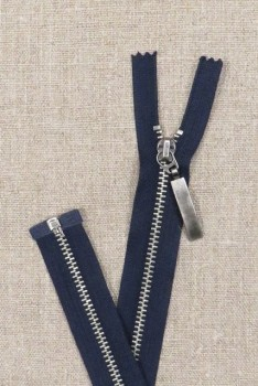 53 cm. delbar metal lynlås m/stort vedhæng, mørkeblå/gl.sølv