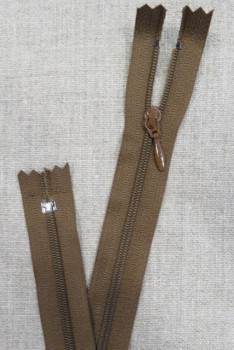 55 cm. lynlås/kjolelynlås nøddebrun med dråbe vedhæng - YKK