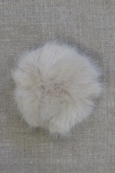 Pels-pompon i akryl i sand, 8 cm.