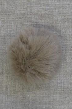 Pels-pompon i akryl i natur/mørk sand, 8 cm.