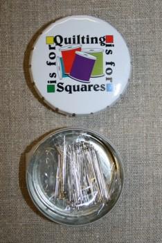 Click-clack-æske m/knappenåle, hvid Quilting is for squares