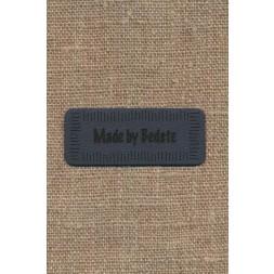 """Motiv i læderlook i grå """"Made by Bedste""""-20"""