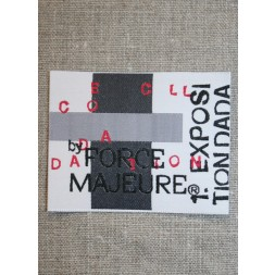 Mærke m/tekst, hvid/grå/rød-20