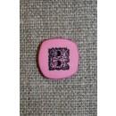 Lyserød/sort firkantet knap, 14 mm.