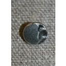 Lille metalknap sølv m/mønster i ene side 9 mm.